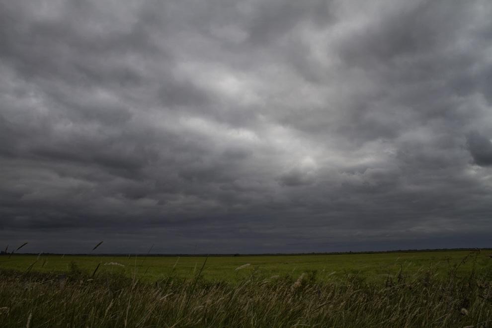 Se acerca una tormenta en un claro despejado en Arroyos y Esteros, volviendo a Asunción. (Arroyos y Esteros, Paraguay - Tetsu Espósito)