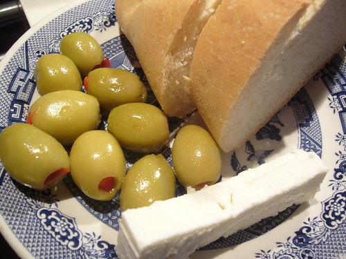 Με ψωμί κι ελιά (άντε και φέτα)