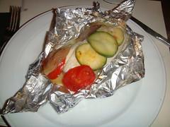 Papillote de San Pedro con calabacín, patata, y chalotas confitadas