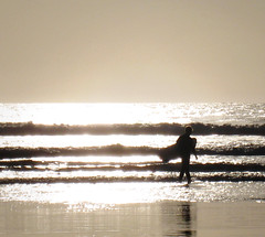 (atomareaufruestung) Tags: africa winter sunset sun reflection sol beach water silhouette del canon aqua surf waves dancing surfer hunting playa surfing arena morocco catching invierno lowtide puesta 2010 immesouane runningsurfer gettyvacation2010
