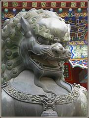 un sourire de satisfaction... (annieclic (absente)) Tags: statue bronze force lion grimace sourire chine tte rire pkin puissance majest