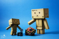 The happiness of a child Danbo (Senzio Peci) Tags: camera family italy baby man japan amazon italia box famiglia flash happiness mini uomo cardboard gift sicily dianaf giappone regalo sicilia kaiyodo bambino enoki yotsuba danbo felicit patern tomohide revoltech danboard  enokitomohide intothedeepofmysoul