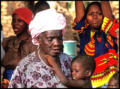 177-Lasai. (Ambrispuri) Tags: africa portrait woman face look mujer village child grandmother retrato cara tribal abuela misery ethnic mirada nio rostro burkinafaso poblado miseria ambrispuri