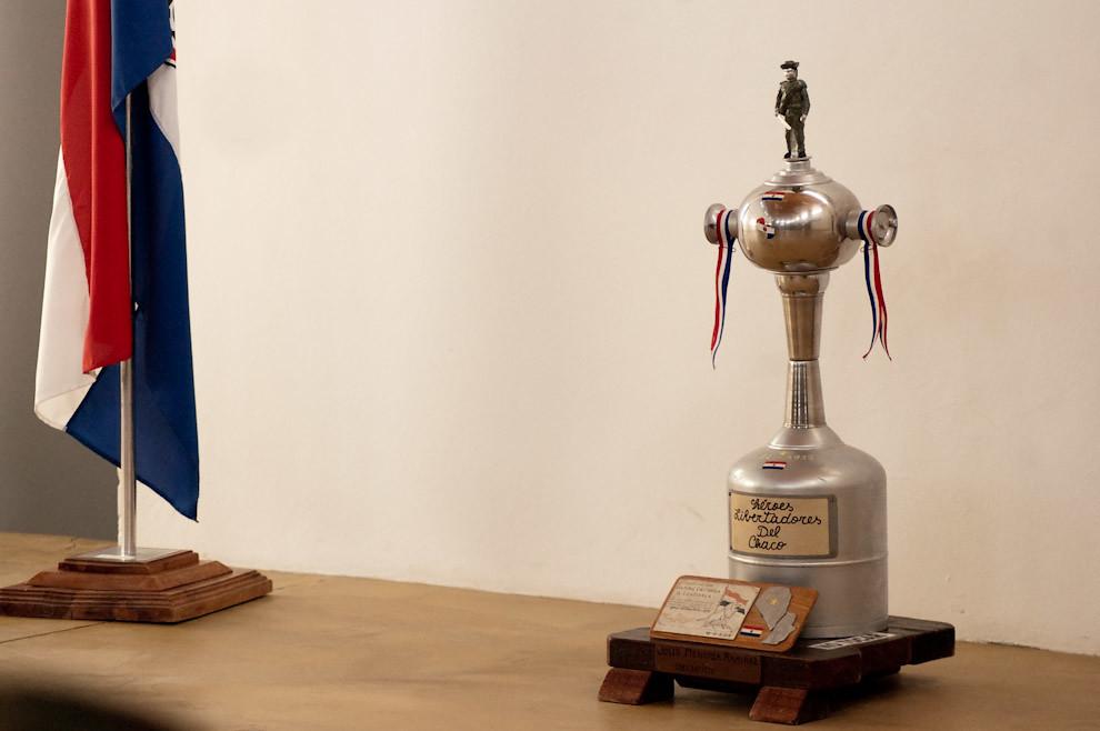 """La """"Copa Libertadores del Chaco"""" es exhibida en el Museo Histórico del Fortín Boquerón, la copa es similar al de la Copa Libertadores de América del Futbol Latinoamericano, de ahí su nombre y su diseño. (Elton Núñez - Fortín Boquerón, Paraguay)"""