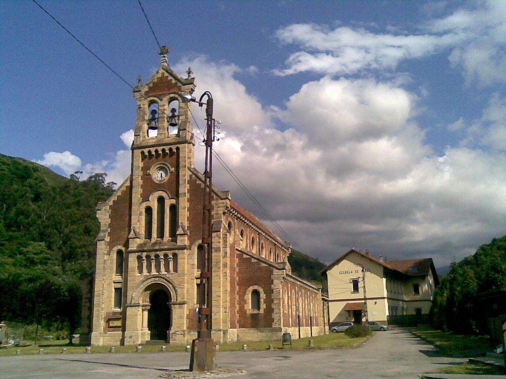 Iglesia y antiguo Colegio de Niños del Poblado Minero de Bustiello