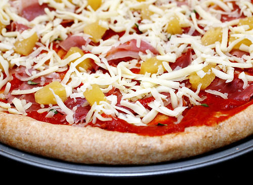 Whole wheat pizza with prosciutto and pineapple