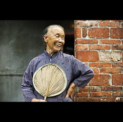 charming smile - China ( Tatiana Cardeal) Tags: guangzhou china old travel woman smile digital fan asia village joy chinese guangdong  2009 canton  canto  chatang
