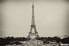Torre Eiffel - Tour Eiffel - Eiffel Tower - Eiffelturm -  (rbpdesigner) Tags: blue sky bw paris slr tower tourism azul canon blackwhite frankreich europa europe torre noiretblanc capital eiffeltower frana icon pb cu bn bleu toureiffel torreeiffel 75007 5d blau eiffe
