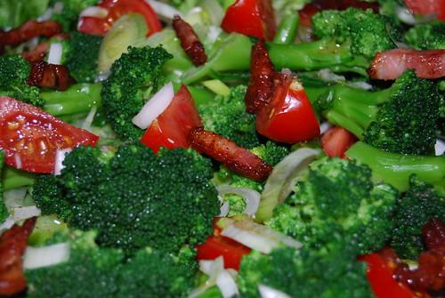brocollisalade met tomaat en spekjes