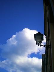 Luz. (strawberryfield4e) Tags: farola cielo nubes casas gijon sábado cimavilla
