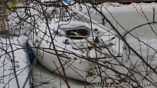 Eingefrorenes Segelboot beim Restaurant 'Kajüte' in Hamburg St. Georg