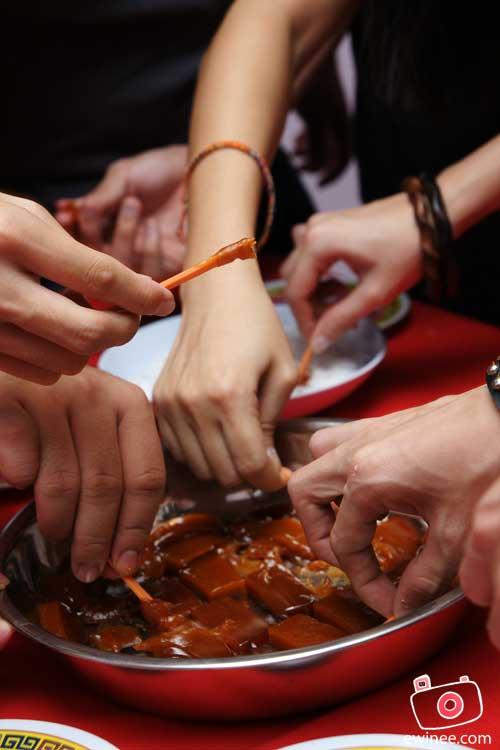 EwinEe-CNY-Visit-niangao-hands