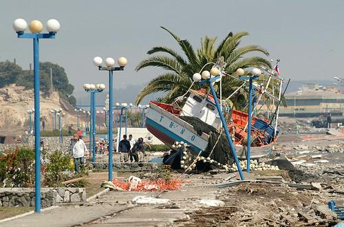 nave en plena plaza talcahuano chile, tras sunamis