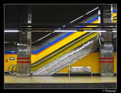 En el andn de enfrente_II (docampo) Tags: madrid metal metro banco colores urbana escaleras g11 docampo