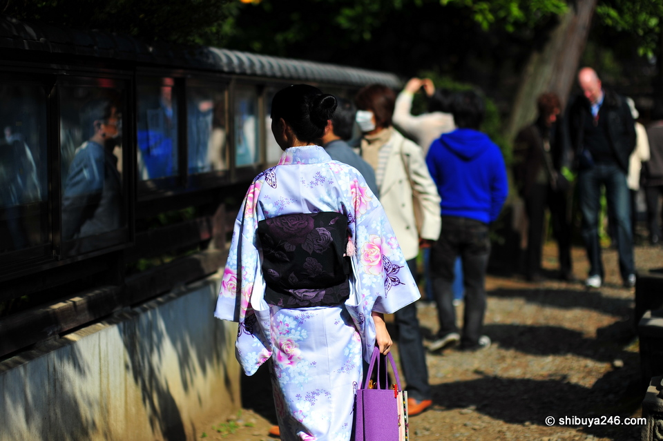 Great choice of colors for this lady to wear to blend in perfectly with the Sakura season.