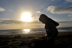 Amanecer en Melenara (Mariano Rupérez) Tags: sol girl mar chica playa arena amanecer cielo nubes melenara