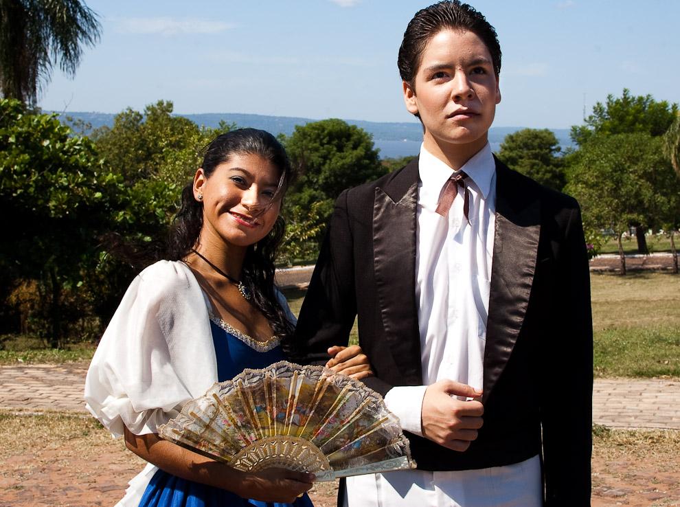 Actores jóvenes en su momento de descanso tienen tiempo para posar y dejarse fotografiar por los fotoreporteros, en el fondo se puede apreciar el lago Ypacarai (Areguá, Paraguay - Elton Núñez)