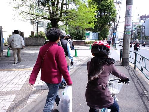 東京農大前。都内の歩道は自転車で走るところじゃないよね・・・