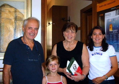 Elena recibiendo premio Seghetti a la poesia inédita
