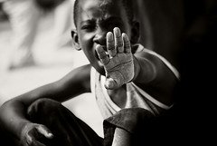 !!! (lilion) Tags: africa street boy portrait blackwhite hand emotion expression d scream senegal gesture hl pentaxk10d lilion ennoiretblanc angyalokkal jmeszolybeatrix bolgarralis beatrixjourdan
