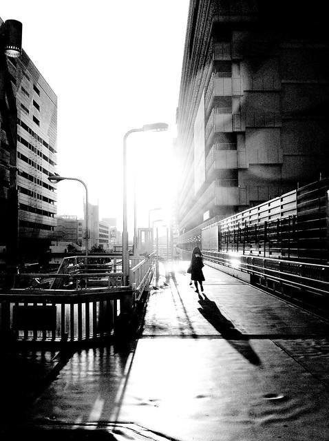 今日の写真 No.42 – 朝日に向かう少女/iPhone4 + Spica