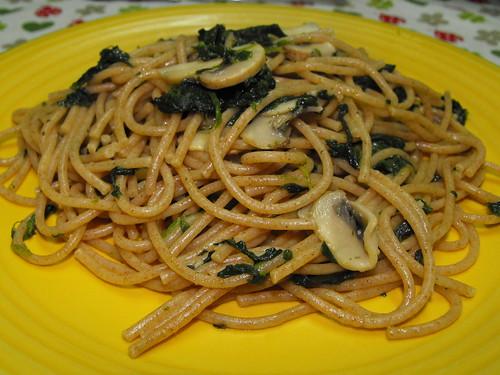 Esparguete com cogumelos e espinafres, salteado com azeite, alho e coentros