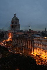 (tbg78) Tags: street city inglaterra by architecture night buildings lights evening gate downtown capital havana explore hotels habana havanna arkitektur skumring kveld bygg oldhavana ciudaddelahabana nationalcapitolbuilding hovedstad hoteller nhparquehotel