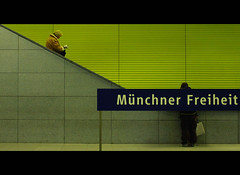 Mnchner Freiheit (It's Stefan) Tags: people urban lines linhas lady germany underground munich mnchen bayern deutschland bavaria waiting couple publictransportation metro geometry tube ubahn alemania allemagne gomtrie germania lignes  geometria mnchnerfreiheit  lneas linien         stefanhoechst
