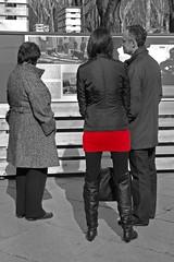 Ese rojo es como... una muleta (Cazador de imgenes) Tags: madrid street winter girls espaa woman girl female d50 boot donna mujer spain nikon women chica boots candid streetphotography nikond50 streetphoto invierno candids espagne muleta spanien spagna spanje botas 2010 roja ragazza spania bota  spange pradomadrid