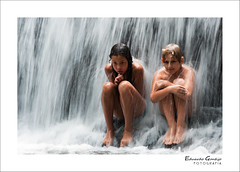 Friends under the falls: Francielly & Lucca (Eduardo Dias Gontijo) Tags: friends amigos minasgerais brasil lucca barragem cachoeira franciscos francielly fazendaprimavera