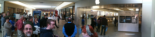 In Line to Meet the iPad with Bob Sprank by Wesley Fryer, on Flickr