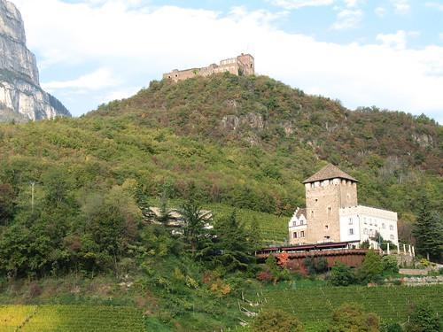 Schloss Korb mit der bewirtschafteten Burgruine Boymont im Hintergrund