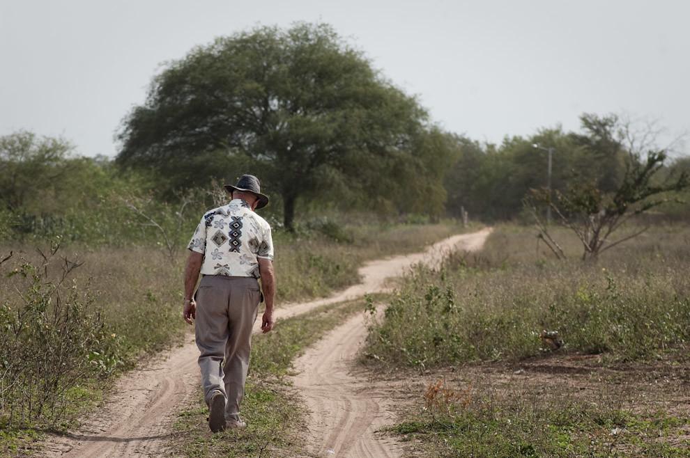 Un campesino menonita rumbo a su casa en la zona del Fortín Isla Po'í (Elton Núñez - Isla Po'í, Paraguay)
