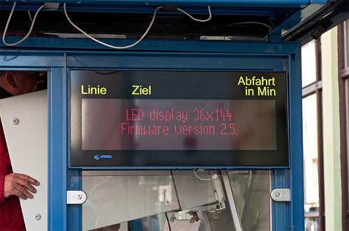 Die neue Anzeige an der Schellingstraße wurde gerade angeschlossen und lässt ihr Testprogramm durchlaufen.