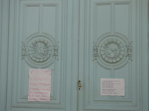 Palais de Justice - Rue du Tribunal, Beaune - door sign and medallion sculptures