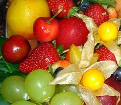 Frutas (Jakza) Tags: frutas frutos fruits morangos phisalys ameixa uvas cerejas nanaturezainnature frenteafrente
