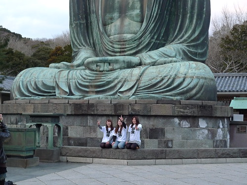 3 girls in Kamakura T-shirts poses with Great Buddha