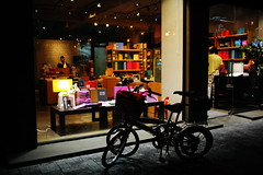 2030/1954 (june1777) Tags: street light bicycle night 35mm canon eos f14 snap clear seoul 5d 800 ef gangnam shinsadong garosugil