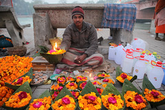 Boy Selling Haridwar (sebastien banuls) Tags: voyage morning travel winter cold men festival fog walking photography photographie religion foggy indie indians  indi indien hind indi pradesh hodu sangam pilgrims uttar indland prayag  hindistan uttarpradesh  indija   desha ndia hindustan hindus  bharata    hiduism  hindia ardhkumbhmela     indhiya bhratavarsha bhrrowtbaurshow  hndkastan       bhrata deshamu harkipaurighat