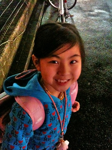 塾帰りの娘と合流。雨の中、一緒にタクシー待ち。
