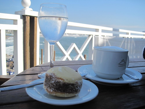 Alfajor de maicena and a latte