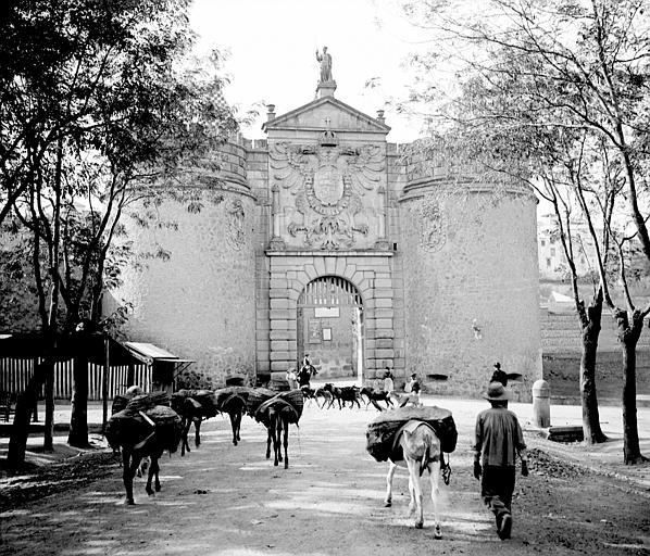 Puerta de Bisagra en septiembre de 1907. Fotografía de Petit. Société Française d'Archéologie et Ministère de la Culture (France), Médiathèque de l'architecture et du patrimoine (archives photographiques) diffusion RMN