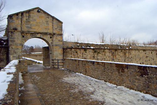 Puente y puerta entre el parque de la Vuelta del Castillo y la Puerta del Socorro.