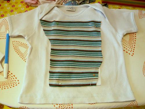 ubicar la tela (con la tela termoadhesiva) sobre la camiseta, con alfileres