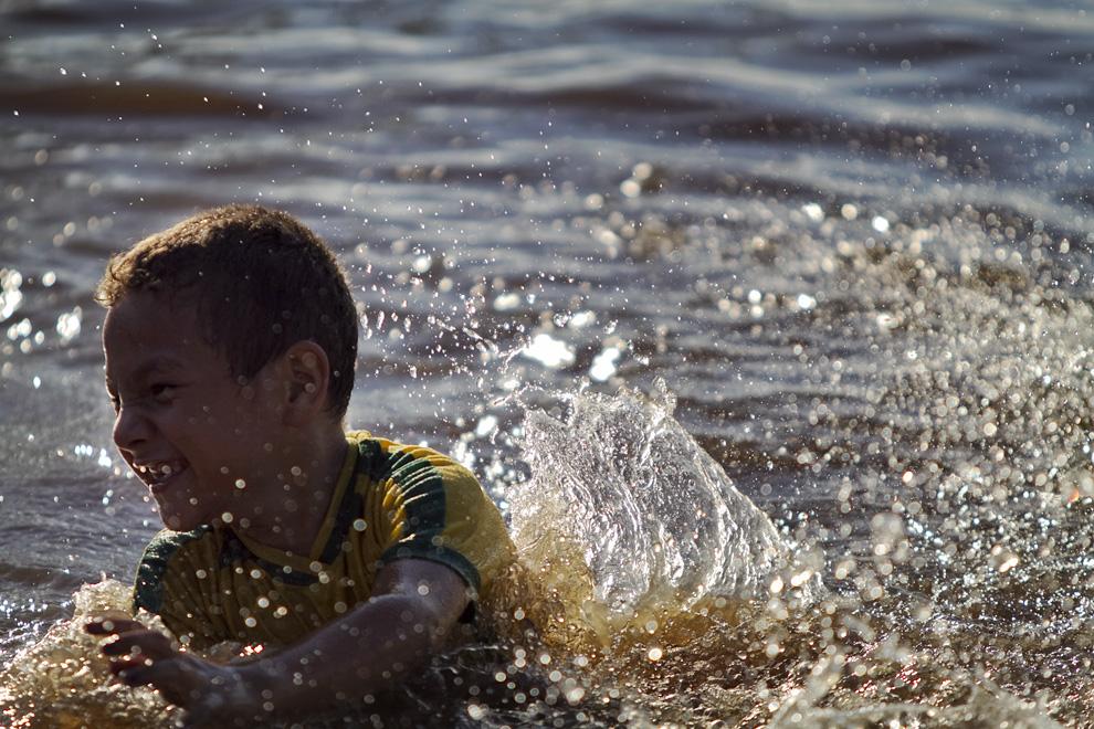 Chapuzon en las aguas del Rio Jejui, un caluroso día de Semana Santa. (Puerto La Niña, San Pedro, Paraguay - Tetsu Espósito)