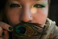 Sueas con no soar ... (h0lynaight) Tags: light verde green luz real gold purple bokeh piercing lila explore pluma pavoreal oro pavo h0lynaight