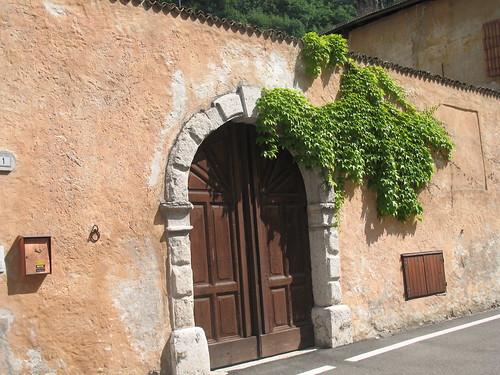 Historischer Torbogeneingang in Salurn