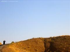 Turkey / Uzun Tepe (Les Yeux Heureux) Tags: old travel blue sky brown man cane canon turkey walking asia hill trkiye middleeast turquie trkei international turqua s500 turchia  neareast       lesyeuxheureux christophercasilli    gty