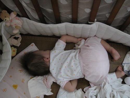 怎麼都要翻成這姿勢睡~.<