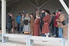 Theatergruppe Midgaard-Skalden bei einer Museumsführung mit Museumsleiterin Frau Ute Drews - Wikinger Museum Haithabu WHH 24-10-2010